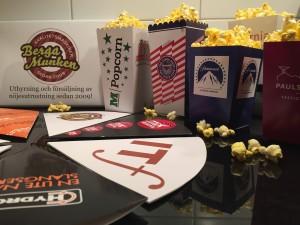 Popcornbägare och popcornstrutar med tryck samt logotype